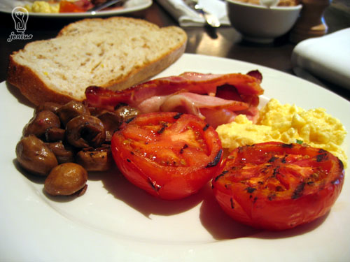 Royce Hotel, St Kilda Road Melbourne: Dish Restaurant - interior, breakfast buffet - grilled tomatoes, mushrooms, scrambled eggs, pan-fried bacon and bread