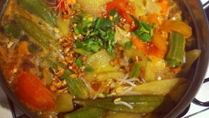 Canh-Chua-Tom-(Vietnamese-sour-soup-with-prawns)